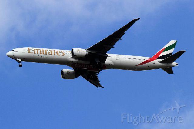 BOEING 777-300 (A6-ECA)