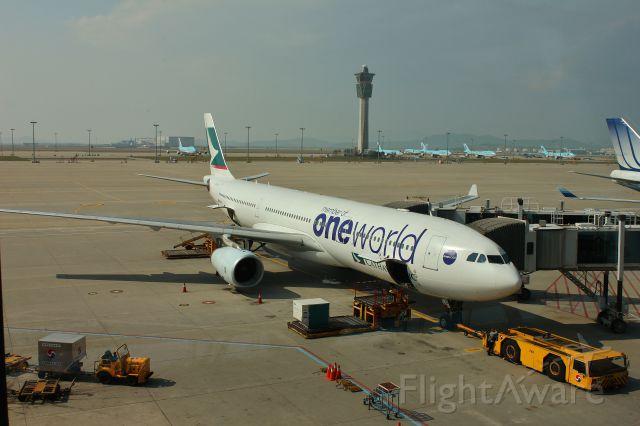 Airbus A330-300 (B-HLU) - One world