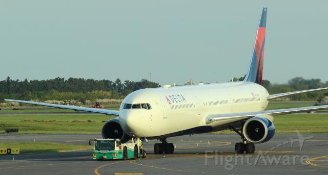 BOEING 767-400 (N833MH)