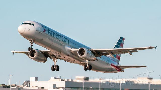 Airbus A321 (N546UW) - American A321 afternoon departure
