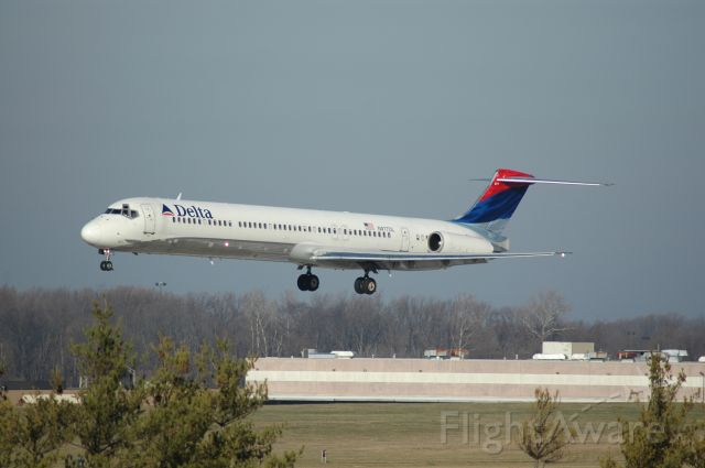 McDonnell Douglas MD-88 (N977DL) - short final on 18L early morning about 24 degress 30.17, winds were clam, info wisky