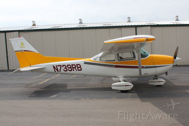 Cessna Skyhawk (N739RB) - Tweety ready for a session of cornfield-maze hunting.