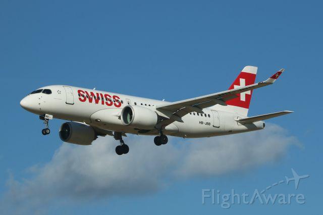 """Avro RJ-100 Avroliner (HB-JBB) - Nom """"Canton de Genève"""".br /Aéroport de Bruxelles / Zaventem (BRU/EBBR).br /Piste (25L), atterrissage en provenance de Zurich / Suisse, vol n° LX780.br /""""Appareil photo"""" Canon EOS 760D.br /Date 16/02/2018 @ 14h34."""