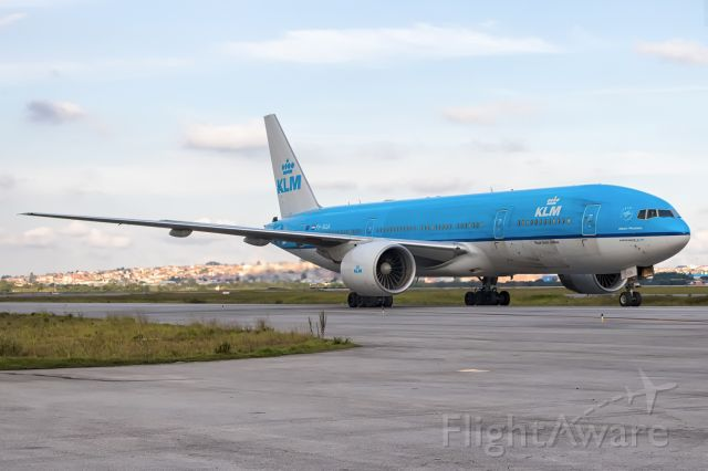 Boeing 777-200 (PH-BQA) - The beautiful B777-200 taaxing on Alpha of GRU Airport. KL791 - AMS/GRU
