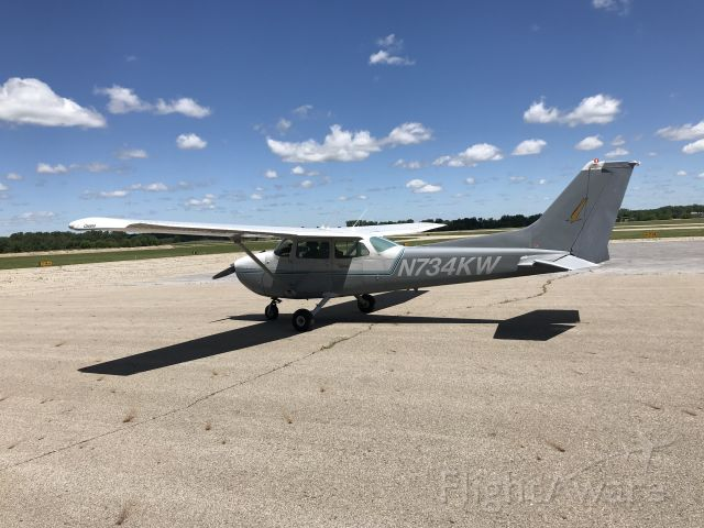 Cessna Skyhawk (N734KW) - Landing and parking at stand at JXN