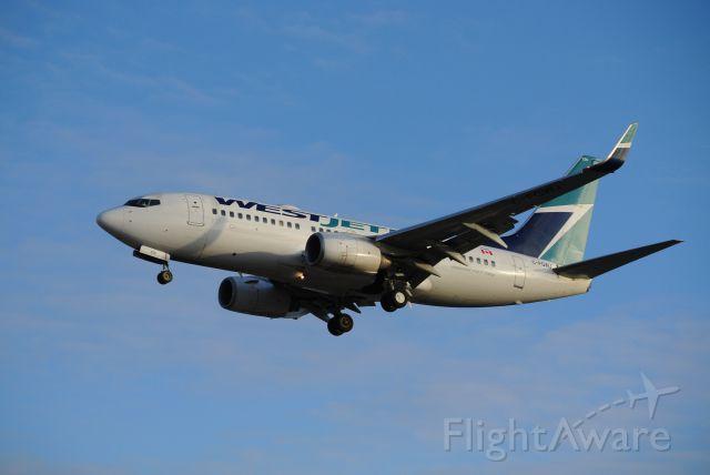 Boeing 737-700 (C-FGWJ) - Short final 05