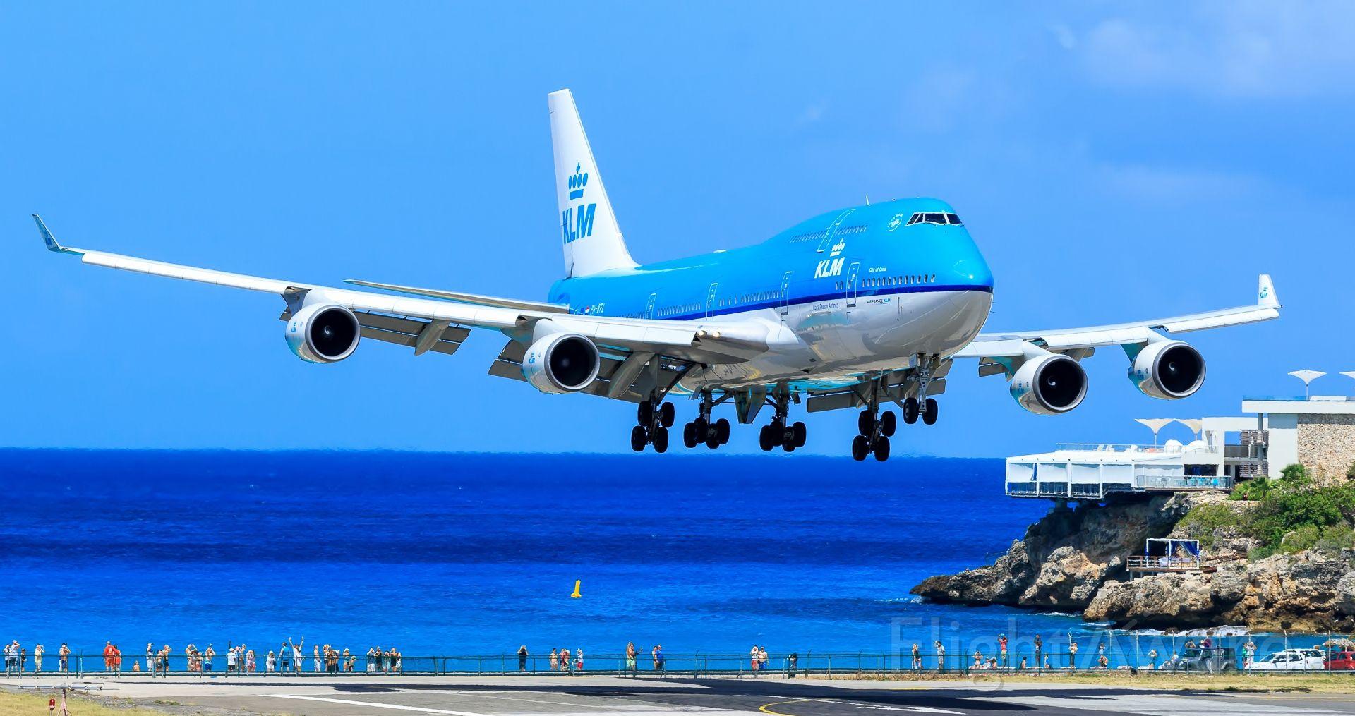 Boeing 747-400 (PH-BFL) - KLM landing at TNCM Sint Maarten over the maho beach.