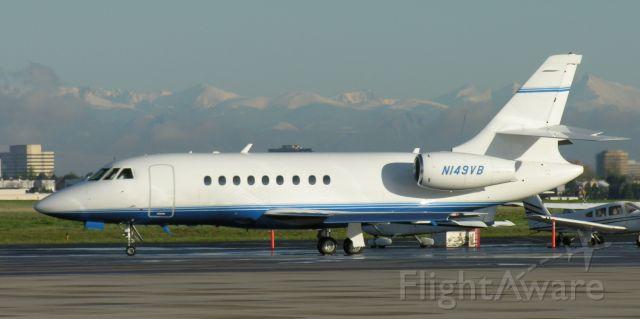 Dassault Falcon 2000 (N149VB) - Photo credit: Greg Goebel.  Public domain.