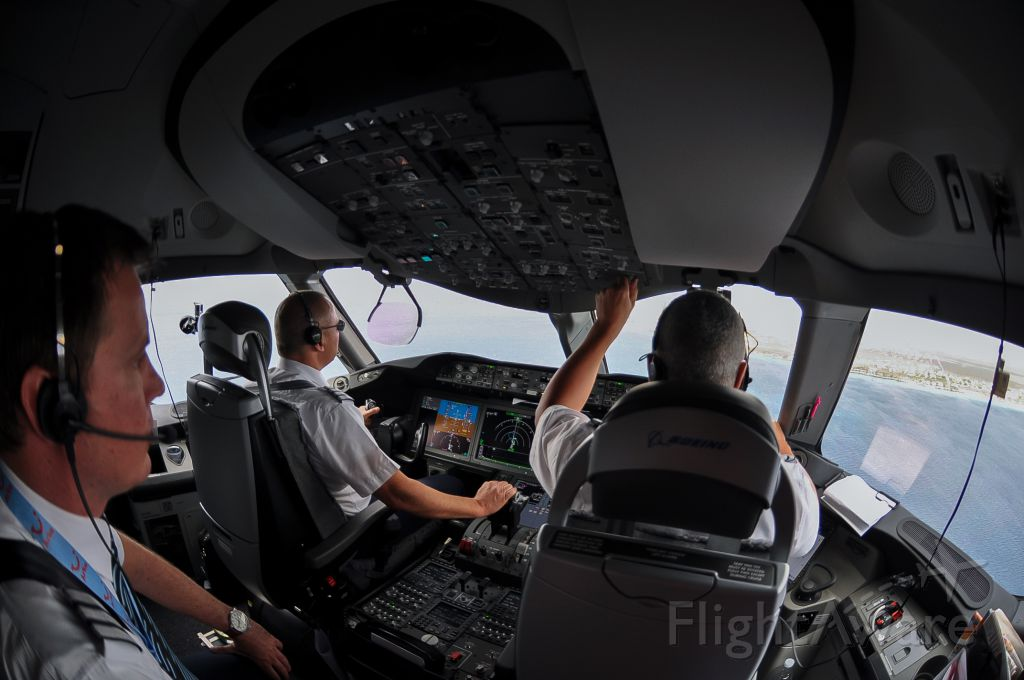 — — - First arrival at Flamingo Airport with the Dreamliner of Arke