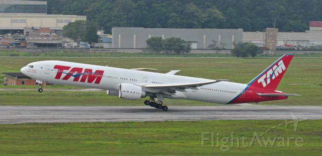 BOEING 777-300ER (PT-MUF) - Foto:Gustavo Queiroz<br />Tirada no morrinho do GRUairport!