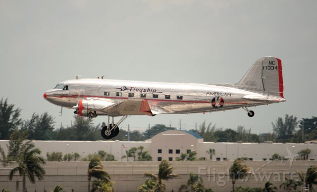 Douglas DC-3 (NAC17334) - Landing at Kmia for show for first time A380 in Miami