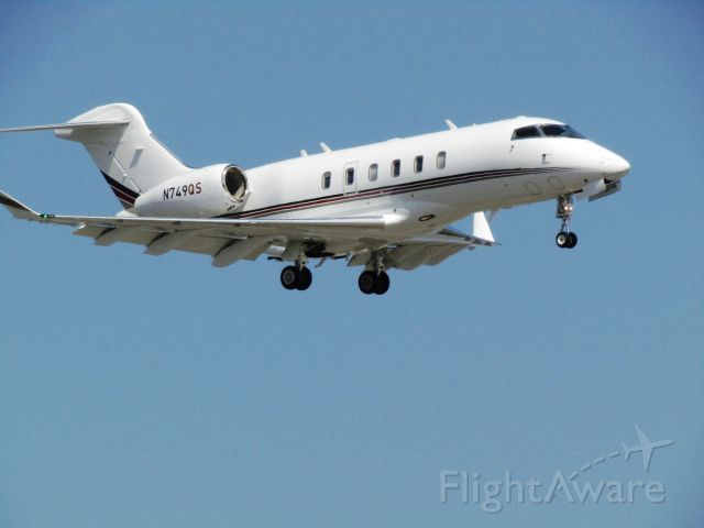 Canadair Challenger 350 (N749QS) - Landing RWY 20R
