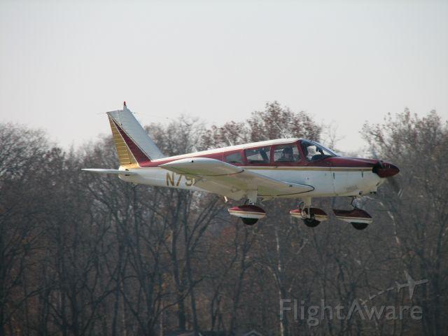 Piper Cherokee (N7960N) - Landing at Penn Valley