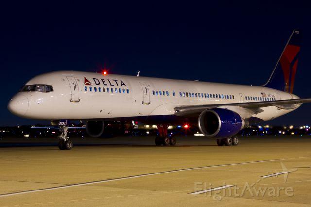 Boeing 757-200 (N521US) - Dec. 7, 2011.