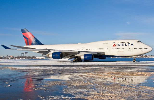 Boeing 747-400 (N668US) - Taxi with Delta