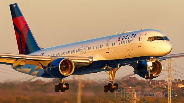Boeing 757-200 (N666DN) - 22 approach just before sunset.<br />Jan.2020