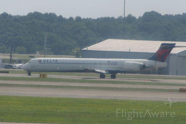 McDonnell Douglas MD-88 (N944DN)