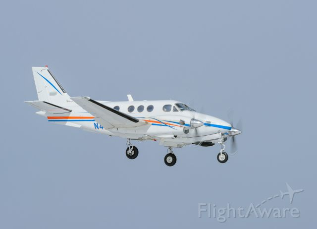 Beechcraft King Air 90 (N427DM) - N427DM short final to 05C