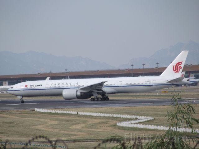 BOEING 777-300ER (B-2037)