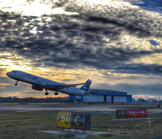 Airbus A321 — - JetBlue departing TPA.
