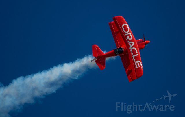 Experimental 100kts-200kts (N260HP) - Sean Tucker flies knife-edge @ EAA 17
