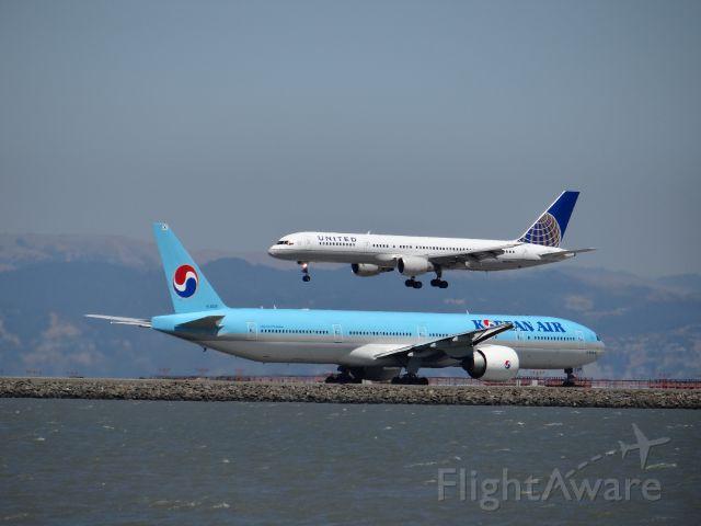 BOEING 777-300 (HL8209)