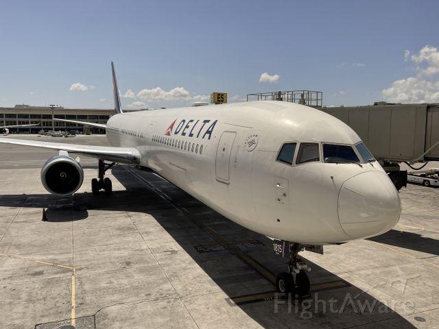 BOEING 767-400 (N839MH)