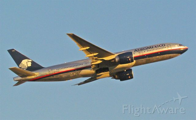 Boeing 777-200 (N745AM) - Aeromexico´s B777-200 on a Takeoff from runway 23L in Mexico City Airport.