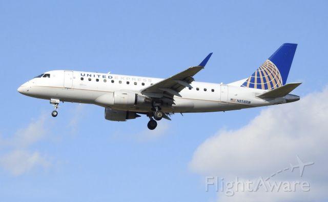 Embraer 170/175 (N858RW)