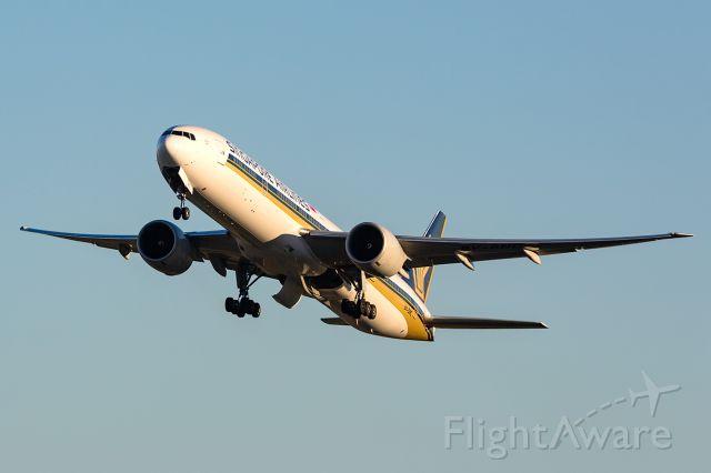 BOEING 777-300 (9V-SNC) - SQ242/SIA242 to SIN Singapore, R16R SYD/YSSY 19/01/2018