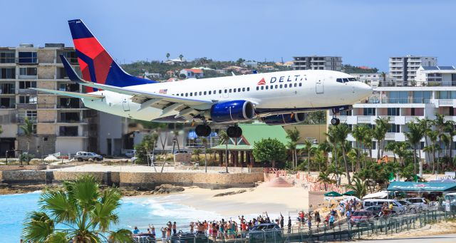 Boeing 737-700 (N302DQ) - DAL delta over the tresh hold maho beach at TNCM St Maarten.