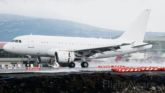 Airbus A318 (G-EUNB)