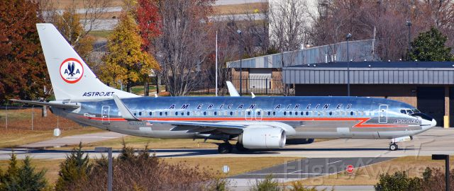 Boeing 737-800 (N905NN) - The Astrojet retro crossing over on C for a 23L departure. I love this more for the fall foliage than anything, but wow, I still think this is a stunning airplane. Taken from the RDU parking deck on 12/10/17.