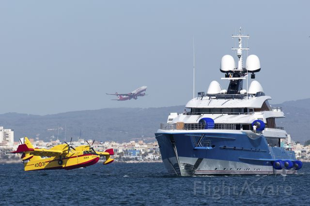 N43031 — - Lucky shot with 43031 about to pick up water behind Motor Yacht