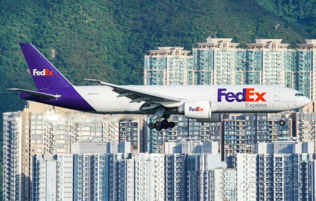 BOEING 777-200LR (N895FD)