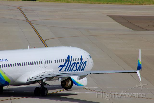Boeing 737-800 (N585AS) - An ASA B739 rolls out to KSEA on a sunny Sunday afternoon