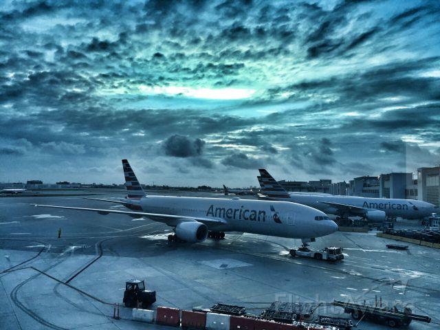 Boeing 777-200 (N782AN) - Dawn in Miami