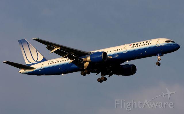 Boeing 757-200 (N574UA) - Landing at Sea-Tac