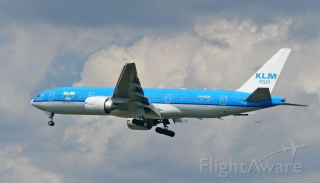 Boeing 777-200 (PH-BQM) - On short final for Rwy 1R.