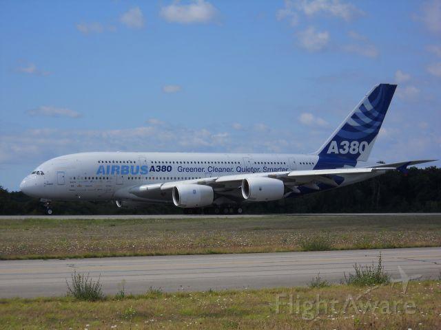 Airbus A380-800 (F-WWOW) - Ce n'est pas une photo récente puisqu'elle date du 29 août 2010 lors de la présentation de l'A380 à Nantes est aux employés de l'usine Airbus à côté de l'aéroport de Nantes