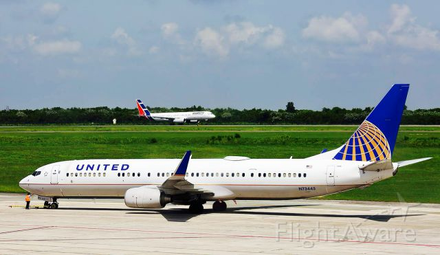 Boeing 737-900 (N73445) - UNITED B739 READY TO THE TAXI AND CUBANA DE AVIACION ARRIVING AT MDSD AIRPORT!