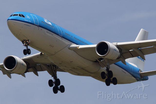 Airbus A330-200 —