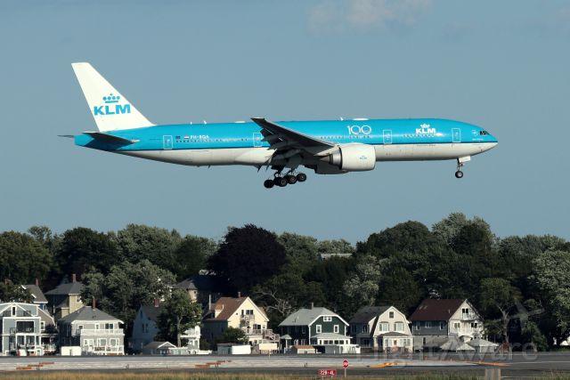 Boeing 777-200 (PH-BQA) - 'KLM 617' from Amsterdam landing on 22L