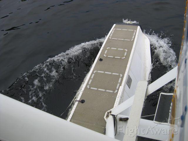 Cessna Skyhawk (C-FFHJ) - Taking off after a little stop ta Kaminka lake