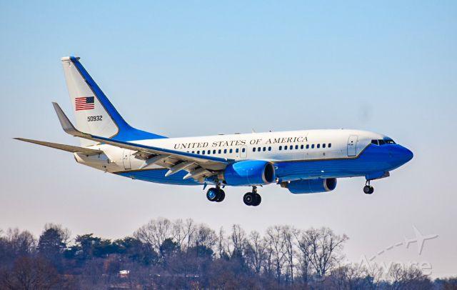 Boeing 737-700 (05-0932) - USAF 737-700 on short final for 5R.