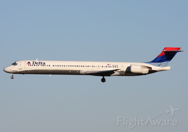 McDonnell Douglas MD-90 (N914DN) - Delta 1249 from CVG. Final for 36R at MCO.