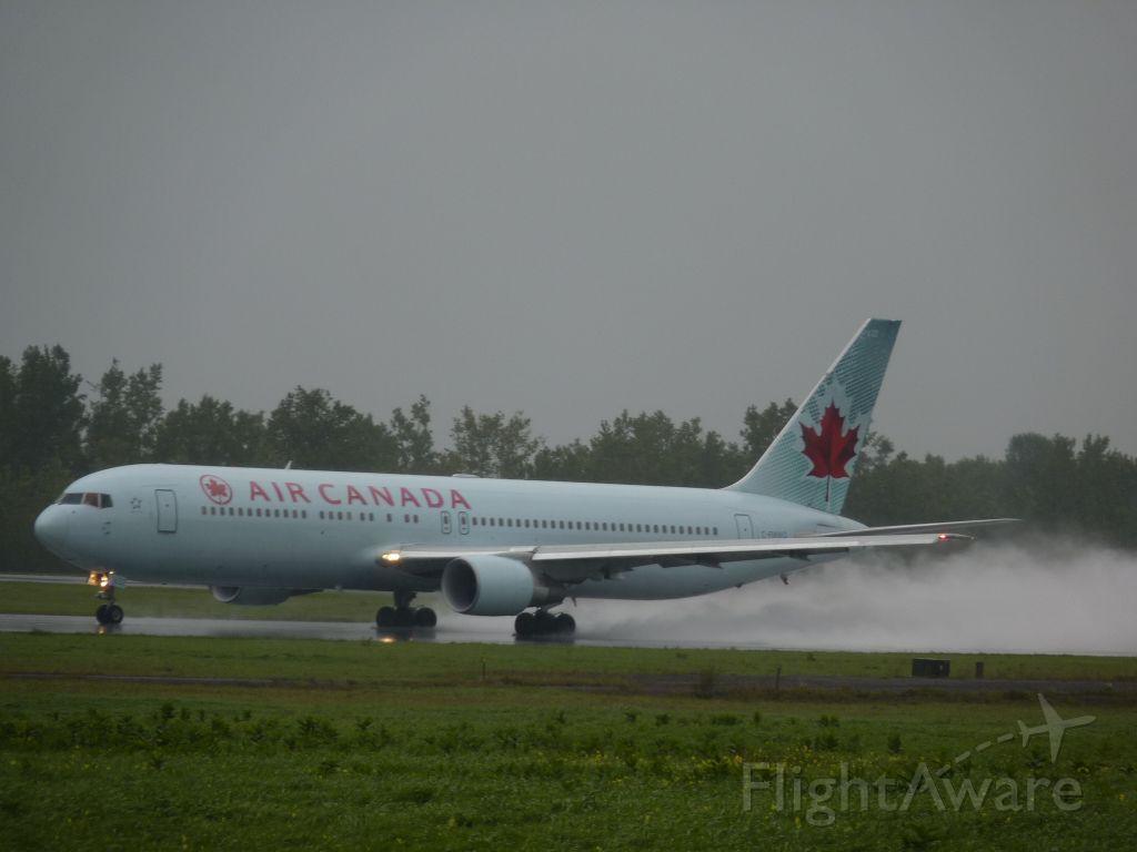 C-FMUQ — - taking off on a wet rwy #25
