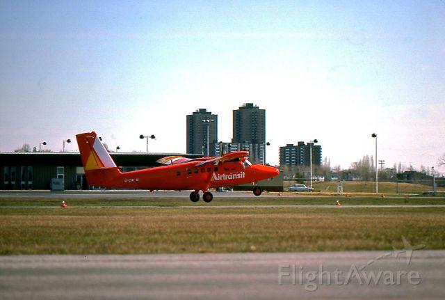 De Havilland Canada Twin Otter (C-FCSW) - Air Transit DHC-6 décollant de Rockliffe Airport (STOLport), juin 1975, en direction de Montréal.
