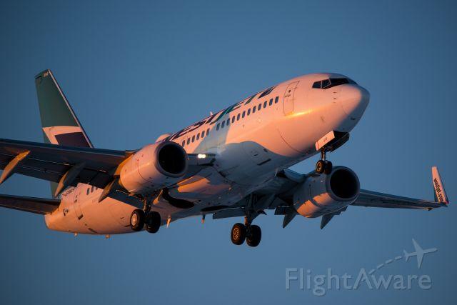 Boeing 737-700 (C-GWSP)