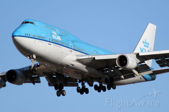 Boeing 747-400 (PH-BFU) - Jan. 7, 2012 - short final for 28